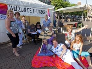 Stoere vrouwen van de thuiszorg kamperen op Grote Markt in Haarlem